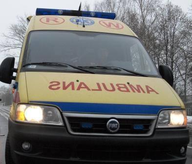 Strażacki samochód wyciągnął zakopany ambulans.