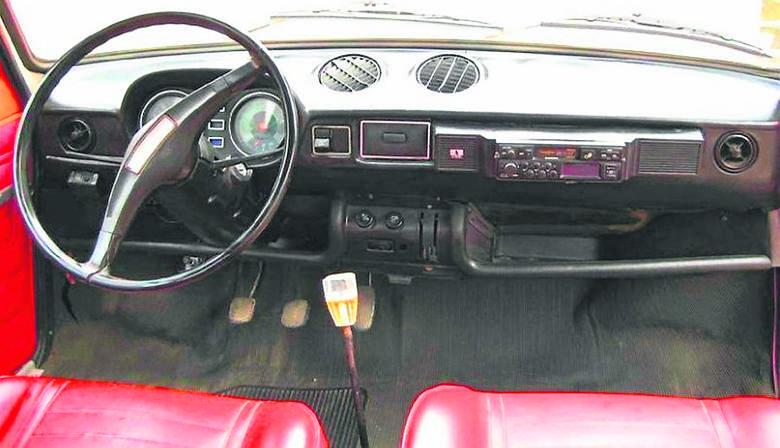 Tak wyglądało wnętrze wczesnych serii Fiata 128 i Zastavy 101. Czarne plastiki były dość tandetne