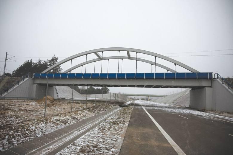 Obwodnica Wasilkowa do użytku ma być oddana w grudniu. Na zdjęciu widoczny jest wiadukt kolejowy nad drogą. W tym miejscu jest ona jednojezdniowa.