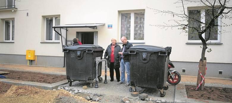 Robią im podwórzec, ale...  bez miejsca na kosze na śmieci
