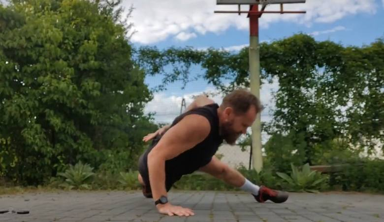 Radny powiatu oleskiego i dyrektor szkoły podstawowej w Rudnikach Piotr Rasztar zrobił pompki na jednej ręce!