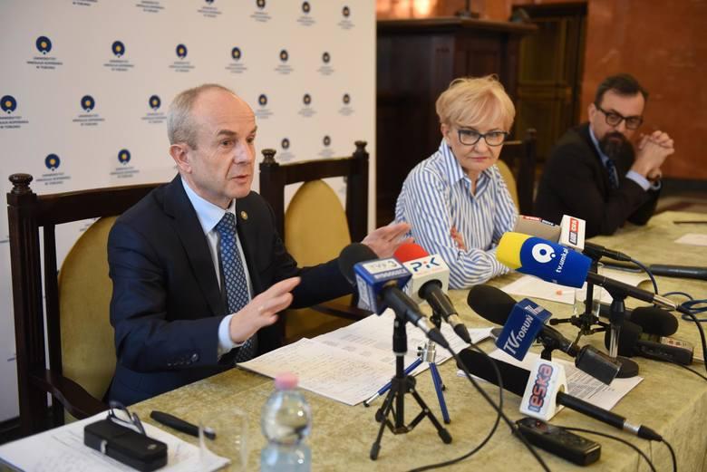 Poseł Iwona Michałek i prorektor prof. Jacek Kubica, pracownik Collegium Medicum UMK, konsekwentnie bronią integralności UMK
