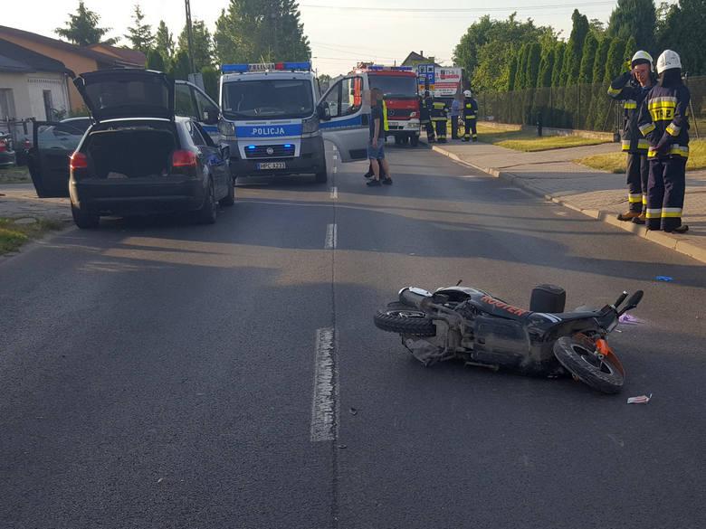 Kierujący motorowerem, skręcając w lewo, zderzył się z wyprzedzającym go autem. Motorowerzysta trafił na badania do szpitala.Szczegóły na kolejnych zdjęciach