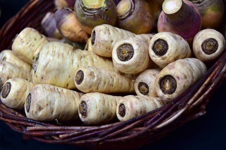 PasternakPasternak to bliski kuzyn selera, wyglądem przypominający pietruszkę. Warzywo jest niezwykle aromatyczne i ma przyjemny, korzenny smak.WłaściwościDzięki