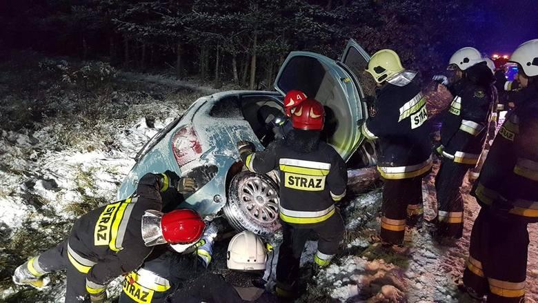 Zima zdecydowanie daje się we znaki kierowcom. Tylko w niedziele w województwie podlaskim doszło do kilkunastu zdarzeń drogowych. Podlascy strażacy co