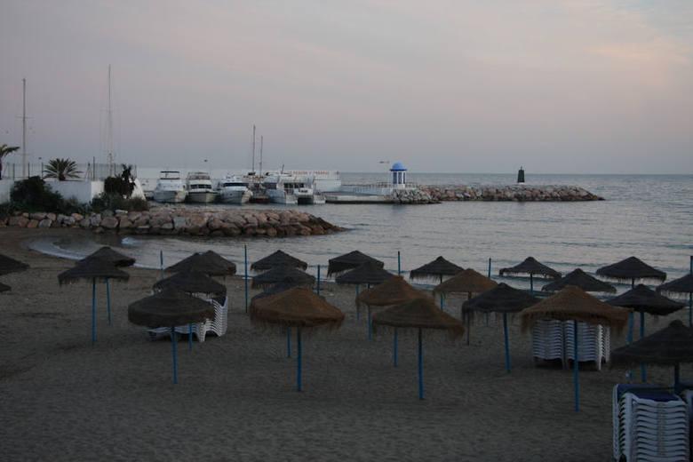 Plaża w Marbelli po zachodzie słońca.