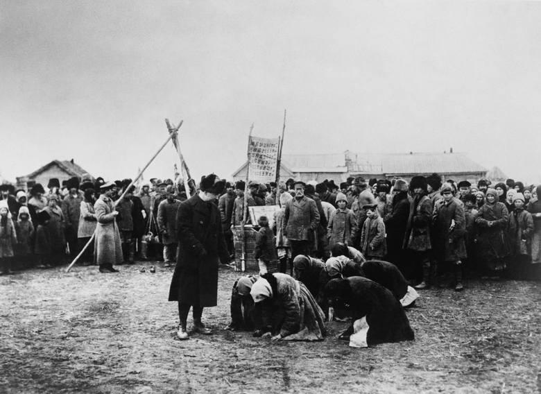 Głodujące chłopi padają do nóg pracownika ARA na Powołżu