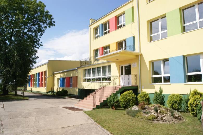 SZKOŁA PODSTAWOWA W JEŁOWEJ, Szkoła RokuDo Szkoły Podstawowej  w Jełowej uczęszcza 151 dzieci i pracuje 18 nauczycieli. Trzy lata temu przy placówce