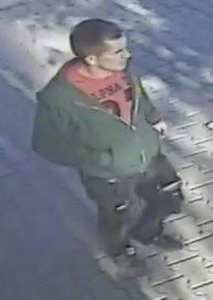 Tego mężczyzny poszukuje policja. Jest w wieku ok. 25-35 lat. To on może mieć związek z niewyjaśnionym zabójstwem w Poznaniu. Do zbrodni doszło 16 września