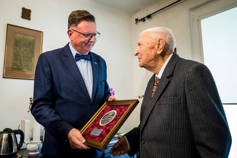 Doktor medycyny Henryk Gajewski w październiku br. świętował setne urodziny. W piątek (8 listopada) jako zasłużony mieszkaniec regionu odebrał medal