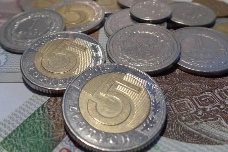 Koronawirus pokrzyżował plany rządu związane z płacą minimalną, ale i tak będzie podwyżka. Sprawdziliśmy, jakie kwoty są brane pod uwagę.