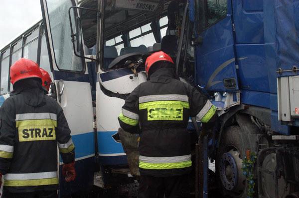 Zderzenie autobusu z ciezarówkąTrzy pojazdy, autobus, ciezarówka i osobowy peugeot zderzyly sie dziś rano na drodze krajowej nr 9 pomiedzy Rogami a Miejscem