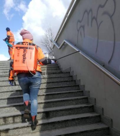 Sprzątają pozimowe śmieci, grabią liście, zmiatają piach, a także dezynfekują poręcze w całej Łodzi