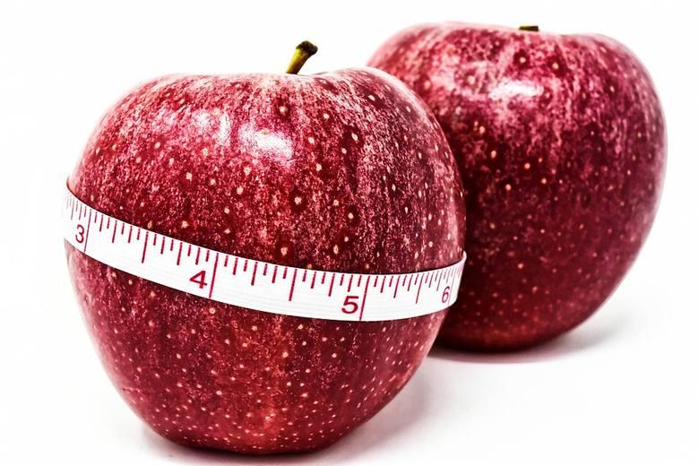 Jedno średniej wielkości jabłko (180 g) dostarcza tylko 90 kcal, czyli tyle samo, co:• 17 g chipsów ziemniaczanych,• 18 g wafelków w czekoladzie,  Ten