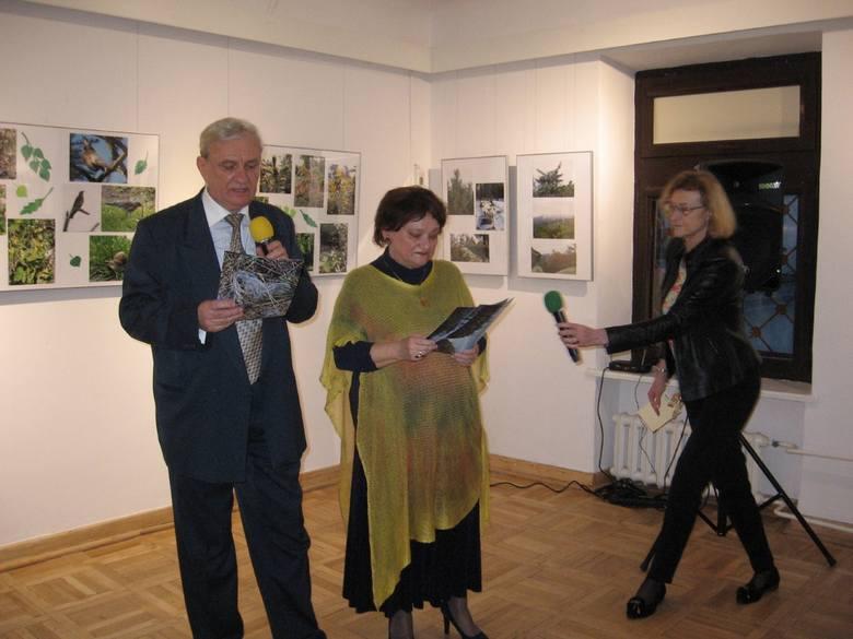 """""""Cztery pory roku w lesie"""" -  piękna i kolorowa wystawa w radomskiej bibliotece."""