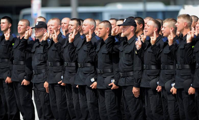 Kursant który zakończy szkolenie przechodzi do II grupy zaszeregowania. Staje się policjantem, a jego pensja rośnie o 1069 złotych do kwoty 3875 złotych