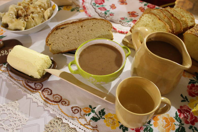 1. PAMUŁA Zupa ze świeżych lub suszonych owoców, słodzona cukrem lub miodem, doprawiana mąką wymieszaną z mlekiem.