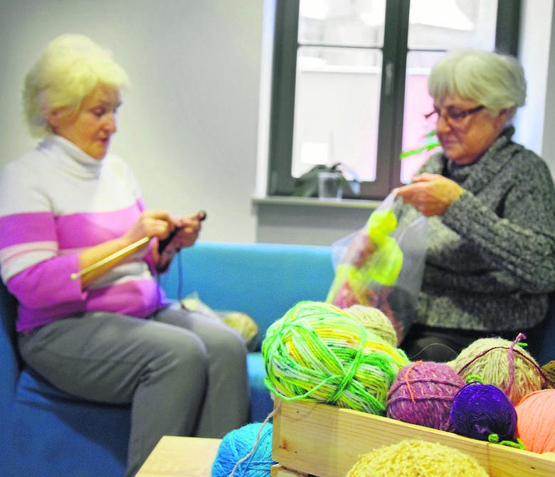 Dobro dla dzieci dziergają na drutach