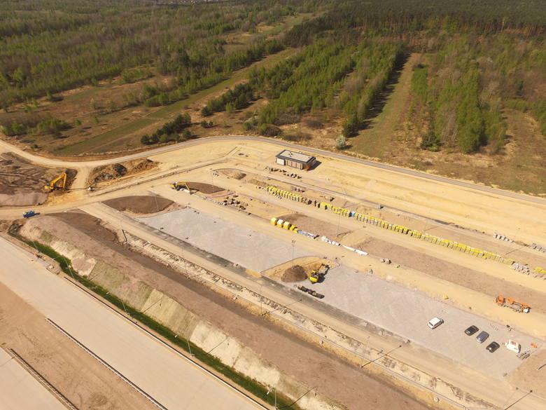 Na zdjęciach odcinek autostrady (H) budowany przez firmę Strabag. Na pierwszym zdjęciu w galerii węzeł Woźniki. W sumie ten odcinek liczy 16,7 km.