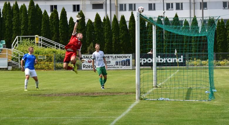 Zobaczcie zdjęcia z meczu Izolator Boguchwała - Karpaty KrosnoZOBACZ TEŻ: Podwyżki dla sędziów piłkarskich na Podkarpaciu. Zobacz kwoty