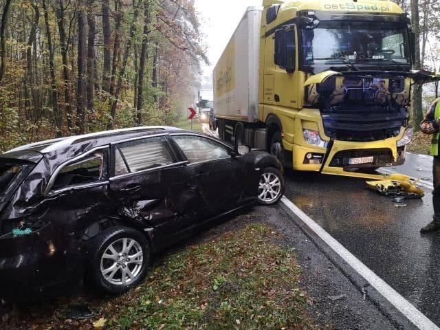 Uwaga kierowcy, utrudnienia na drodze krajowej nr 25. W miejscowości Niechorz (powiat sępoleński) doszło do zderzenia trzech aut - dwóch ciężarowych