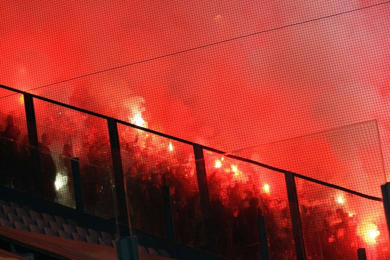 """Wisła Kraków zwyciężyła Cracovię w derbach Krakowa. Wiślacy prowadzili już 3:0, ale zespół """"Pasów"""" pokazał charakter i walczył do końca."""