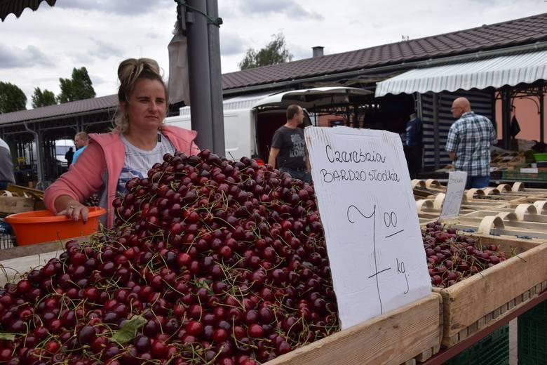 Pani Aneta na nowosolskim targowisku zachęca do kupowania czereśni.Na nowosolskim targowisku od producentów i sprzedawców owoców można usłyszeć, że taniej