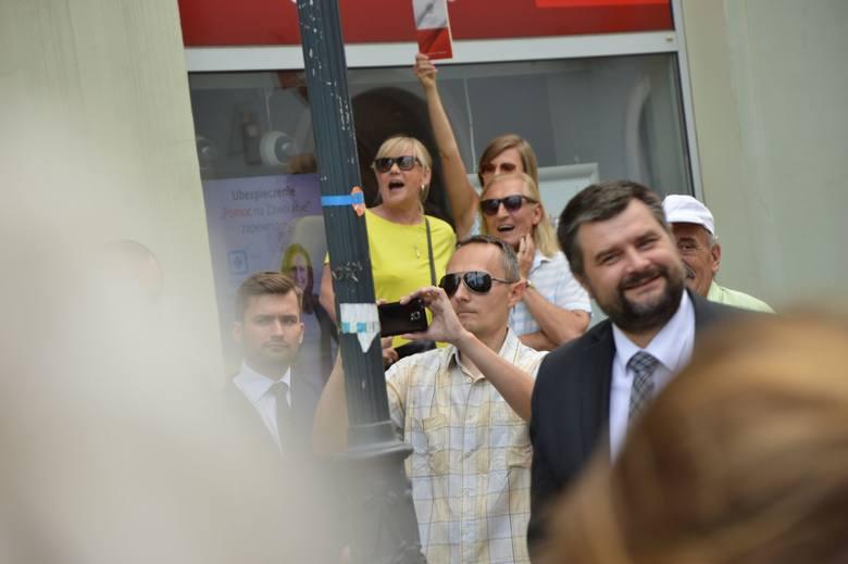 """W niedzielę, 27 maja około godziny 14.45 odbyło się zwiedzanie wystawy plenerowej pt. """"Wrastanie. Ziemie Zachodnie i Północne. Początek"""" przez prezydenta RP Andrzeja Dudę. Wystawa ulokowana została przy pomniku Bachusa (skrzyżowanie Alei Niepodległości z ulicą Kupiecką). <br /> <br /> Krótko po..."""