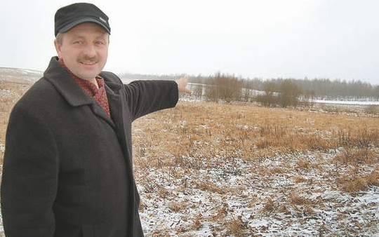 Pracownik urzędu Zbigniew Witasek pokazuje teren, który gmina chciałaby przejąć do Agencji Nieruchomości Rolnych i zagospodarować.