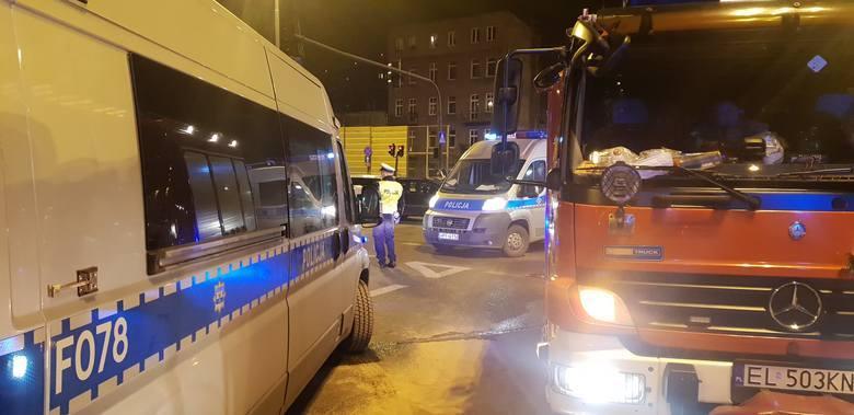 Siedzący za kierownicą furgonetki pracownik Poczty Polskiej prawdopodobnie myślał, że zdąży pokonać skrzyżowanie, zanim pojawi się na nim jadący z przeciwka