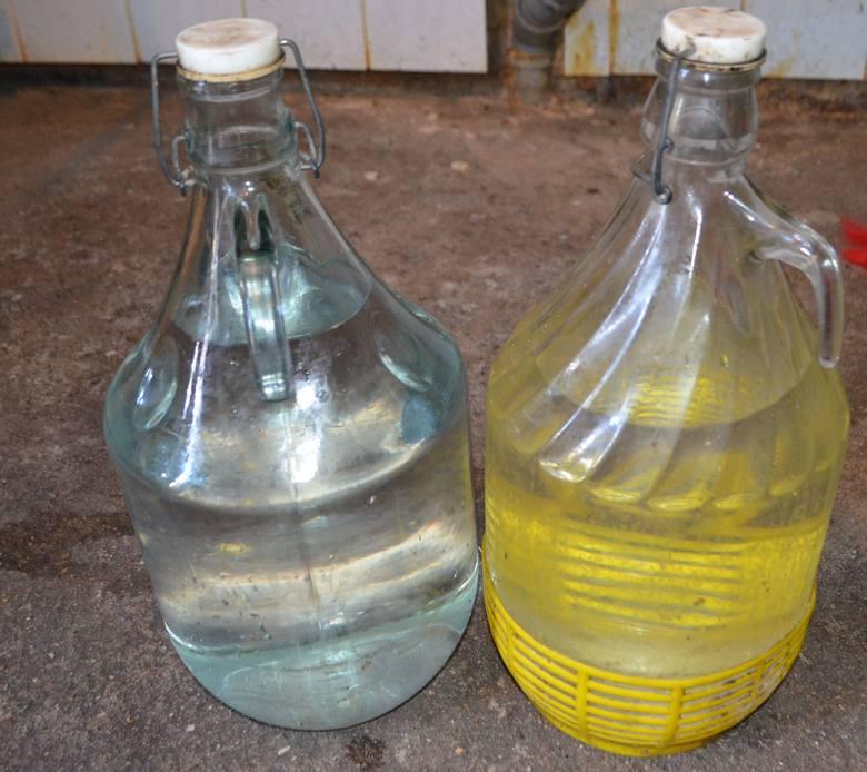 65 litrów gotowego produktu bez polskich znaków akcyzy oraz 300 litrów zacieru do produkcji alkoholu zabezpieczyli policjanci z Wydziału do Walki z Korupcją
