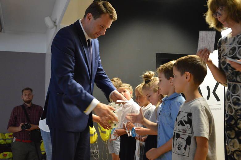 70 uzdolnionych matematycznie przedszkolaków otrzymało we wtorek indeksy i klubowe koszulki z rąk prezydenta Opola, Arkadiusza Wiśniewskiego.