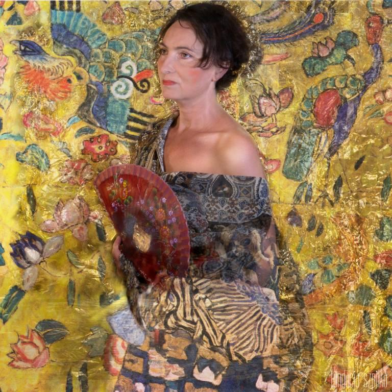 """Miriam Róża Abbas pozuje do fotografii według obrazu """"Portret Adele Bloch Bauer 1"""". Organizatorki sesji podkreślają, że Róży wystarczyło tylko upiąć"""
