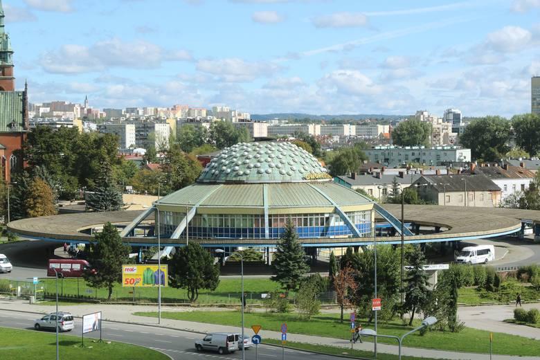 Właściciel dworca autobusowego przy ulicy Czarnowskiej w Kielcach chce go odsprzedać miastu za 28 milionów złotych. Przyznaje, że to ruina, której nie