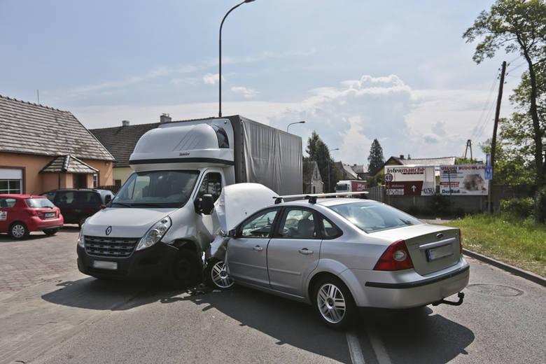 Ford focus wjechał w ciężarówkę na ul. Jędrzychowskiej