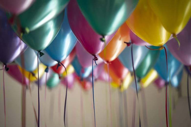 Życzenia urodzinowe: śmieszne i krótkie rymowanki na kartkę urodzinową. ŻYCZENIA SMS. Jakie życzenia złożyć? Co powiedzieć w Dniu Urodzin?