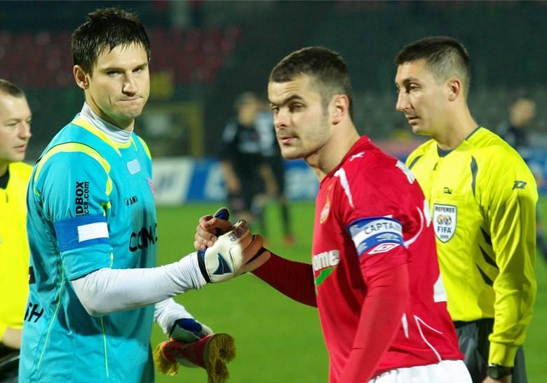 Wiślacki superstrzelec nie dał mu szans w derbach Krakowa trzykrotnie. Cabaj był wtedy zawodnikiem Cracovii.Na zdjęciu: przywitanie Brożka i Cabaja na
