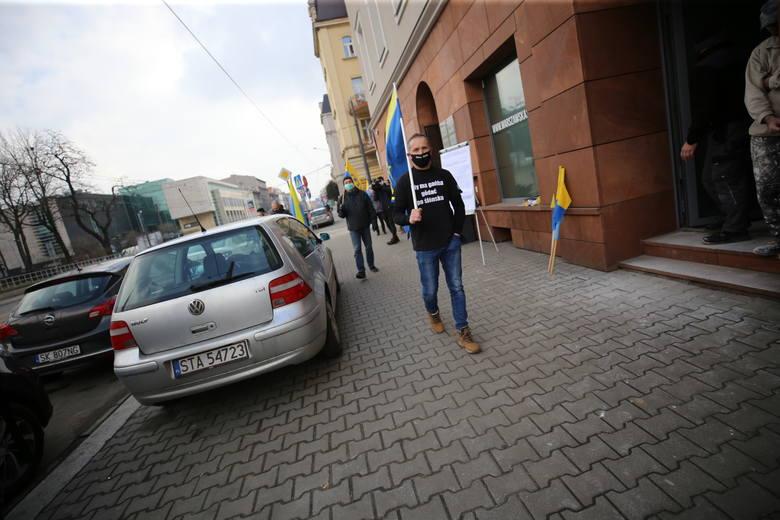 Ślonsko Sztama przed biurem Prawa i Sprawiedliwości w Katowicach; Zobacz kolejne zdjęcia. Przesuwaj zdjęcia w prawo - naciśnij strzałkę lub przycisk