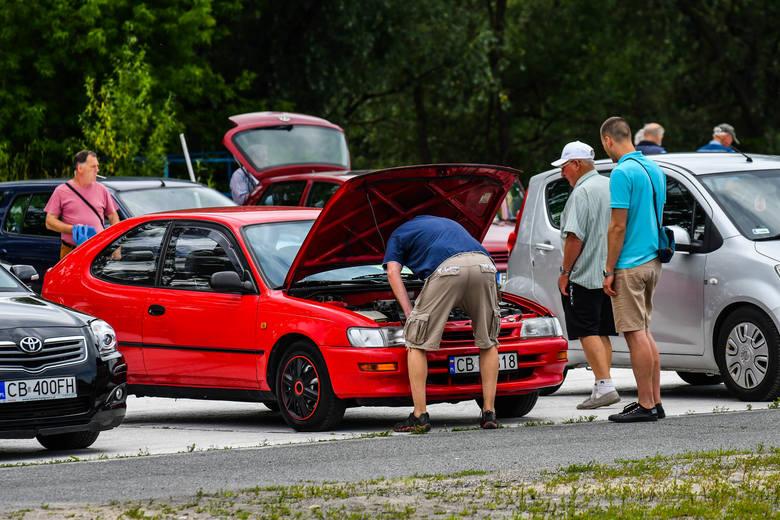 Wielu bydgoszczan odwiedziło w niedzielę (5.07.) giełdę samochodową przy ul. Fordońskiej. Choć frekwencja - zarówno sprzedających, jak i odwiedzających