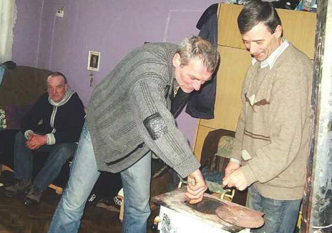 Edward (siedzi na łóżku), Leszek (podkłada do pieca) i Janusz cieszą się nie tylko z tego, że w końcu mają dach nad głową. Dla nich ważniejsze jest to,