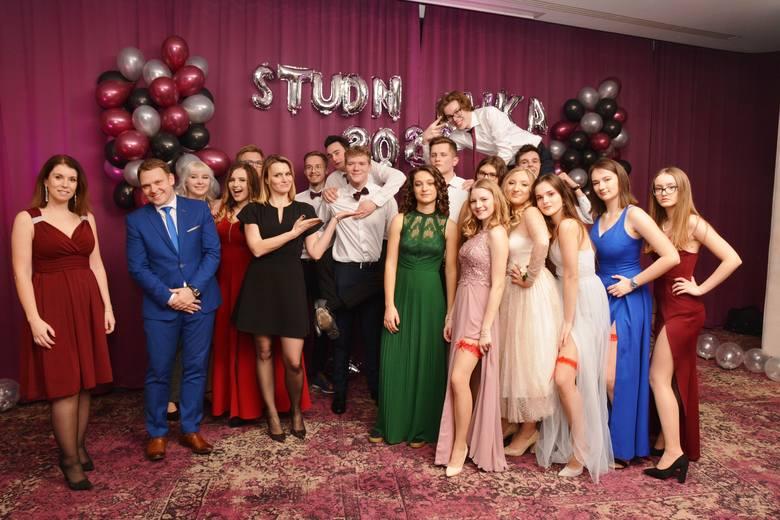 Maturzyści Akademickiego Liceum Ogólnokształcącego w Rzeszowie bawili się na studniówce w Hotelu Rzeszów.Zobacz też: Studniówka 2020 ZS Usługowo-Hotelarskich