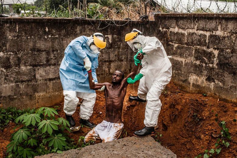 WORLD PRESS PHOTO 2015. Pierwsza nagroda w kategorii zdjęcia newsowego. Chory na ebolę w Sierra Leone