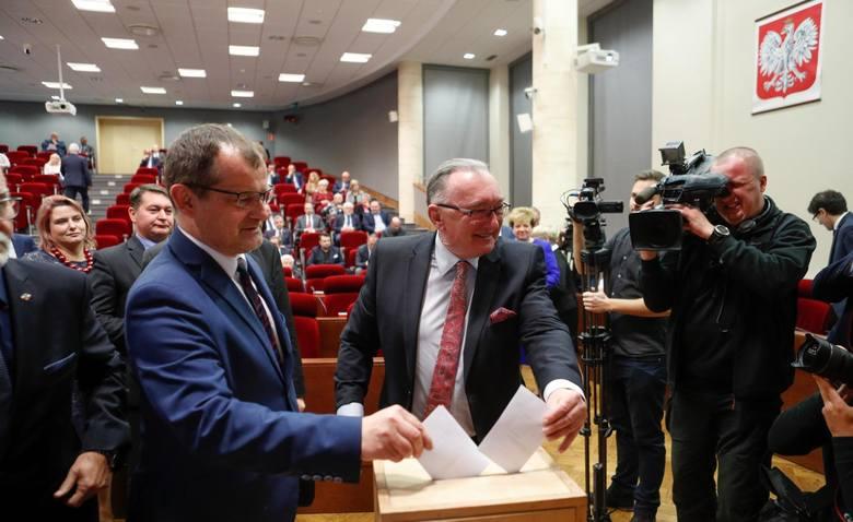 Podczas pierwszego posiedzenia wybranego w ostatnich wyborach samorządowych Sejmiku Województwa Podkarpackiego zaprzysięgnięto wszystkich radnych i powołano
