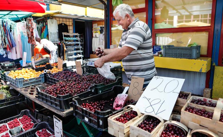 Mimo znacznego wzrostu cen, owoce i warzywa na podkarpackich targach cieszą się nadal dużym wzięciem wśród klientów.