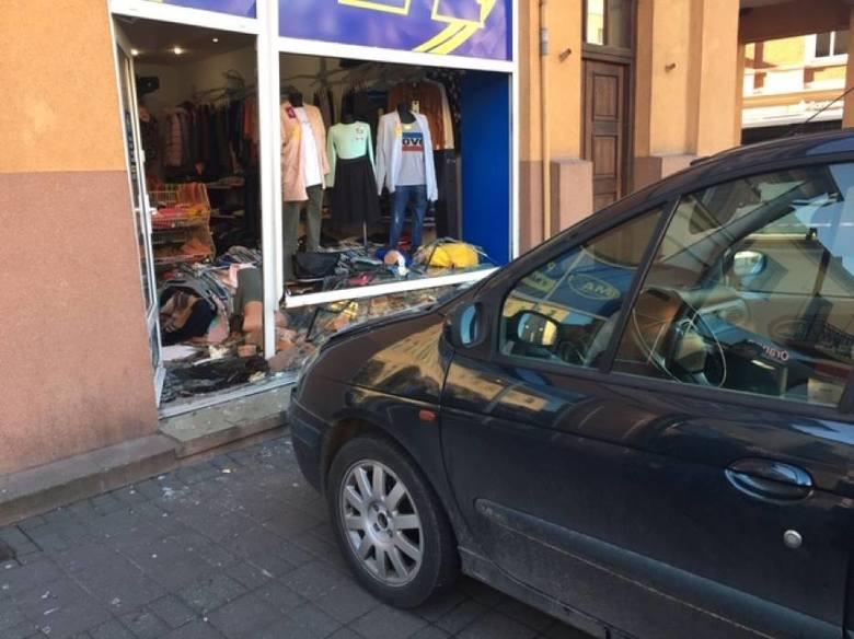 Do niecodziennej sytuacji doszło na pleszewskim rynku. Kobieta próbująca zaparkować samochód, straciła nad nim panowanie i wjechała w witrynę sklepową.