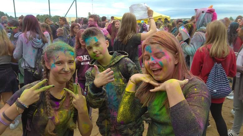 Pomimo niesprzyjających warunków atmosferycznych festiwal kolorów Holy cieszy się sporą frekwencją. Ludzie odwiedzili plażę miejską Dojlidy by posypywać