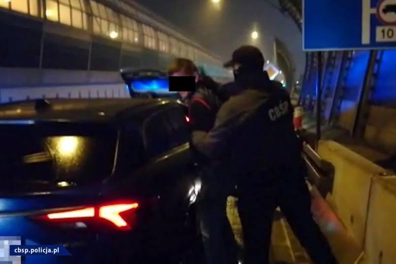 Policjanci z Zarządu w Białymstoku CBŚP przejęli narkotyki przemycone do Polski z Holandii. W trakcie działań funkcjonariusze zatrzymali dwie osoby oraz