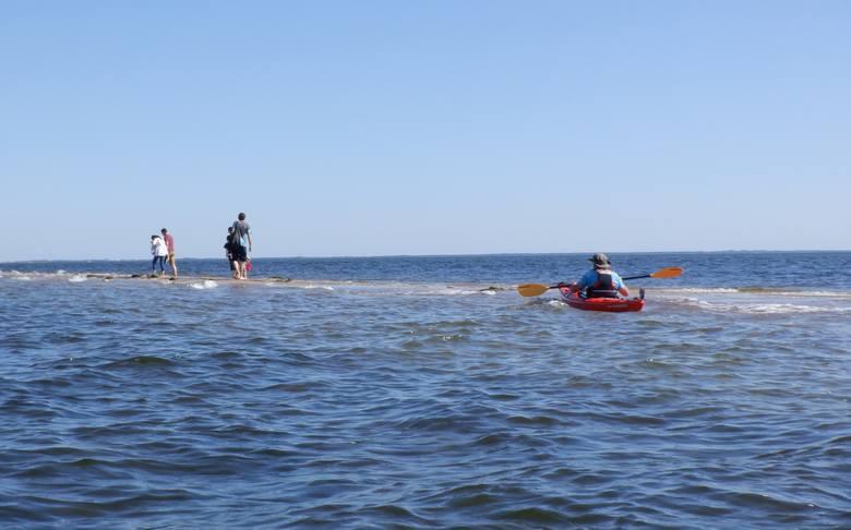 Większość wczasowiczów spaceruje po piaszczystym Cyplu Rewskim, który wcina się w morze prawie kilometrowym klinem