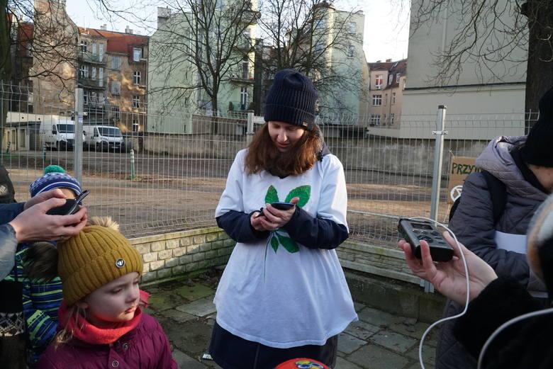 W sobotę, 8 lutego mieszkańcy Poznania zebrali się pod kasztanowcem na Jeżycach, żeby pożegnać drzewo. W jego miejscu ma stanąć siedmiopiętrowy budynek.Przejdź