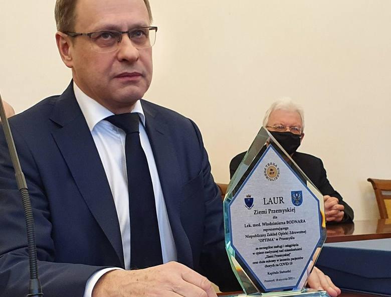 Lek. Włodzimierz Bodnar z Przemyśla już rok temu zaczął stosować amantadynę w walce z COVID-19. Nz. w styczniu jego wysiłki docenił samorząd powiatu przemyskiego przyznając mu Laur Ziemi Przemyskiej.